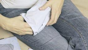 Online handlu i międzynarodowej wysyłki pojęcie - kobiety odpakowania poczty międzynarodowy doręczeniowy pakuneczek z nożycami i zdjęcie wideo