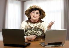Online helpdeskvrouw in Halloween-kostuum Stock Foto