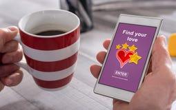 Online het dateren concept op een smartphone stock afbeeldingen