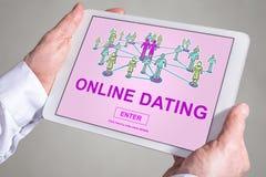 Online het dateren concept op een tablet stock foto's