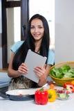 Online het koken en het zoeken naar recepten Stock Foto