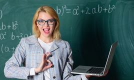 Online het scholen concept De oogglazen van de vrouwenslijtage houdt laptop surfend Internet Groot middel voor leraren opvoeder royalty-vrije stock fotografie