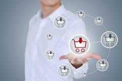 Online het winkelen bedrijfsconcept die boodschappenwagentje tonen en het selecteren royalty-vrije stock afbeeldingen