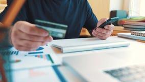 Online het winkelen concept De mens gaat creditcardinformatie voor online aankopen in stock footage