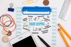 Online het winkelen concept Grafiek met sleutelwoorden en pictogrammen Bureau met kantoorbehoeften en mobiele telefoon Stock Afbeelding