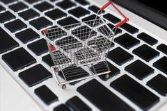 Online het winkelen concept met boodschappenwagentje op toetsenbord Royalty-vrije Stock Fotografie