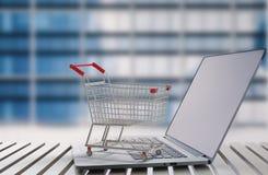 Online het winkelen concept met boodschappenwagentje op toetsenbord Stock Fotografie