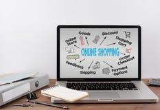 Online het Winkelen Concept op laptop Grafiek met sleutelwoorden en pictogrammen Royalty-vrije Stock Foto's