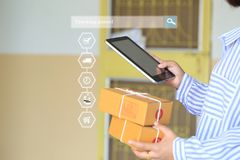 Online online het winkelen, de holdingssmartphone van de Vrouwenhand en volgend pakket om status met hologram, Elektronische hand royalty-vrije stock afbeeldingen