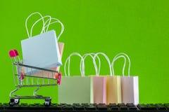 Online het winkelen, elektronische handel of orde online concept: Kleurrijke bedelaars royalty-vrije stock fotografie