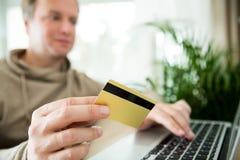 online het winkelen en elektronische handelconcept Stock Foto's