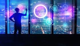 Online het Winkelen Thema met de mens door grote vensters bij nacht stock afbeeldingen