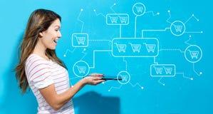 Online het winkelen thema met jonge vrouw die tablet gebruiken Royalty-vrije Stock Afbeelding
