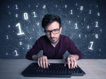 Online indringer geek kerel het binnendringen in een beveiligd computersysteem codes Stock Foto