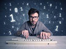 Online indringer geek kerel het binnendringen in een beveiligd computersysteem codes Royalty-vrije Stock Foto