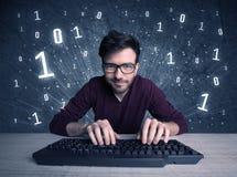 Online indringer geek kerel het binnendringen in een beveiligd computersysteem codes Stock Afbeeldingen