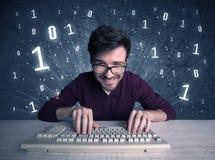 Online indringer geek kerel het binnendringen in een beveiligd computersysteem codes Royalty-vrije Stock Afbeeldingen