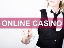 Online-kasino som är skriftlig på den faktiska skärmen Teknologi-, internet- och nätverkandebegrepp kvinna i en svart affärsskjor Royaltyfri Fotografi