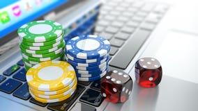 Online-kasino. Tärnar och gå i flisor på bärbara datorn. Royaltyfri Bild