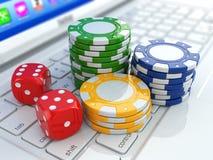 Online-kasino. Tärnar och gå i flisor på bärbara datorn. Arkivbild