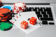 Online kasynowy laptop Laptop karty do gry na zielonym hazardu stole i Gemowy nałogu uprawiać hazard zdjęcie royalty free