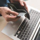 Online kasynowy uprawia hazard pieniądze zakładu laptopu wygrany szczęście zdjęcie royalty free