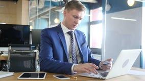 Online kaufen mit Kreditkarte auf Laptop! erfolglos stock footage