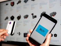 Online kaufen mit Telefon lizenzfreies stockbild