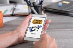 Online kinowi bilety rezerwuje pojęcie na smartphone obraz stock