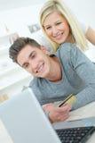 Online klanten gelukkig met aankoop stock fotografie