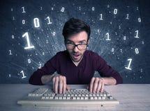 Online-koder för dataintrång för inkräktaregeekgrabb Royaltyfri Fotografi