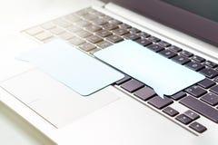 Online-kommunikation som pratar på socialt massmedia eller att kommentera arkivfoto