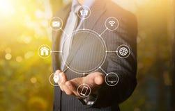 Online-kommunikationsnätverk för hållande multichanel med en handnolla Arkivfoton