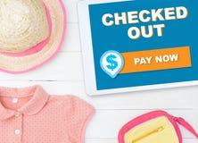 Online-kontroll för shopping för modelagerinternet ut Arkivbilder