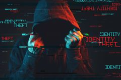 Online kradzieży tożsamości pojęcie z beztwarzową kapturzastą męską osobą zdjęcia stock