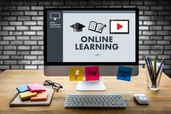 ONLINE-LÄRANDE expertis för uppkopplingsmöjlighetteknologicoachning undervisar Di Arkivbilder