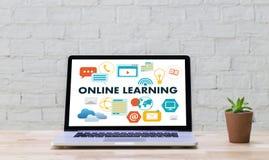 ONLINE-LÄRANDE uppkopplingsmöjlighetteknologi som arbeta som privatlärare åt online-expertis T Arkivfoton