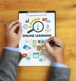 ONLINE-LÄRANDE uppkopplingsmöjlighetteknologi som arbeta som privatlärare åt online-expertis T Arkivbild