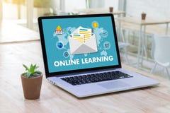 ONLINE-LÄRANDE uppkopplingsmöjlighetteknologi som arbeta som privatlärare åt online-expertis T Fotografering för Bildbyråer