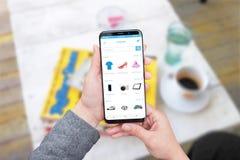 Online-lagerwebbplats eller app på den moderna smarta telefonskärmen med runda kanter royaltyfri foto