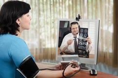 Online lekarka radzi kobiety ma nadciśnienie Fotografia Royalty Free