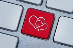 Online liefde, twee hartensymbool bij de computersleutel Royalty-vrije Stock Foto's