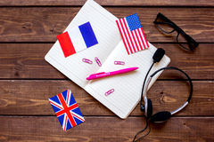 Online-livsstil för språkskola på bästa sikt för trätabellbakgrund royaltyfria bilder