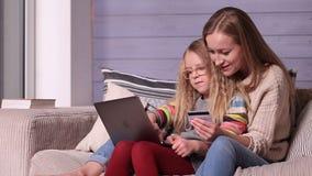 Online maakt het winkelen het leven gemakkelijker stock video