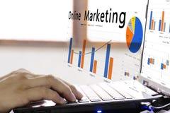 Online marketing concept mens die een verkoop van online marketing plant royalty-vrije stock foto