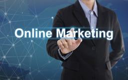 Online-Marketing des GeschäftsmannHandpressen-Knopfes Lizenzfreies Stockfoto