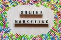Online marketing formułuje pojęcie na sześcianach zdjęcia stock
