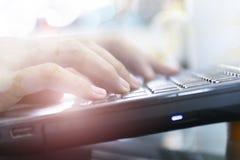 Online marketingowy pojęcie Ostrości ręka pracuje na laptopie fotografia stock