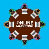Online-Marketings-, Teamwork- und Brainstormingkonzept mit den Geschäftsmännern, die um Tabelle und das Arbeiten setzen Lizenzfreies Stockbild