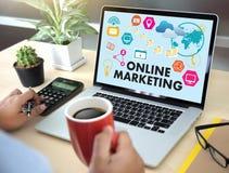 ONLINE marketingu mężczyzna na komputerowym reklama socjalny Na linii Ma fotografia stock